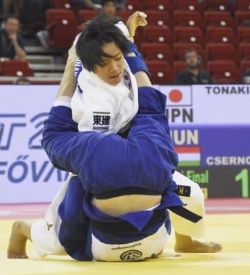 女子48キロ級準決勝でハンガリー選手を攻める渡名喜風南=ブダペスト(共同)