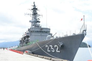 海のカーニバルや九州花火大会に合わせて寄港した海上自衛隊の護衛艦「せんだい」=唐津市の唐津東港