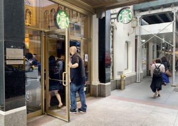 新聞の販売をやめる米スターバックスの店舗=12日、ニューヨーク(共同)
