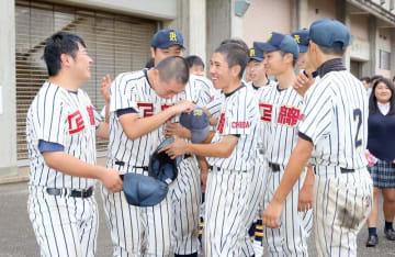 大敗に号泣する上総の橋本主将(左から2人目)を助っ人部員らが励ました=12日、袖ケ浦市の袖ケ浦市営野球場