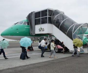 丘珠空港で松本行きのFDAの初便に乗り込む乗客たち