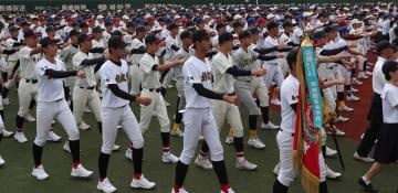 令和最初の甲子園切符を懸けた第101回全国高校野球選手権長崎大会が11日、開幕した。開会式で力強く行進する選手たち=長崎市、県営ビッグNスタジアム