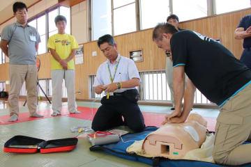 心臓マッサージやAEDの使い方を学ぶ指導員ら=五島署