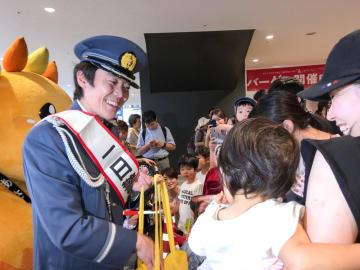 旭署の一日署長として交通安全を呼び掛ける小林さん(左)=横浜市旭区