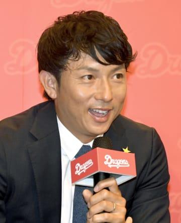 13日、台北市で記者会見する川崎宗則氏(共同)