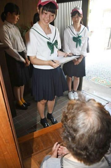 高齢者宅を訪問し、安否確認の質問をする高校生(12日、和歌山県上富田町朝来で)