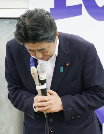 街頭演説で「イージス・アショア」問題について謝罪する安倍首相=13日午後、秋田県大館市