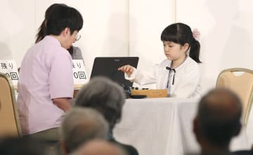 中国のゼイ迺偉九段(左)と公開対局する仲邑菫初段=13日、金沢市