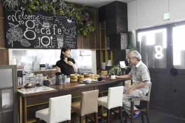 「人が集まる場所に」と工場にカフェを設けた柳澤治久社長(右)と、オーナーの渡邊めぐみさん=7月12日、福井県坂井市丸岡町猪爪の「g cafe.」