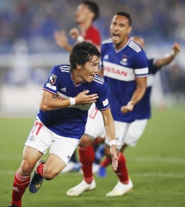 横浜M―浦和 前半、先制ゴールを決め、駆けだす横浜M・遠藤=日産スタジアム
