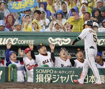 1回、先頭打者本塁打を放った近本を迎える全セナイン=甲子園