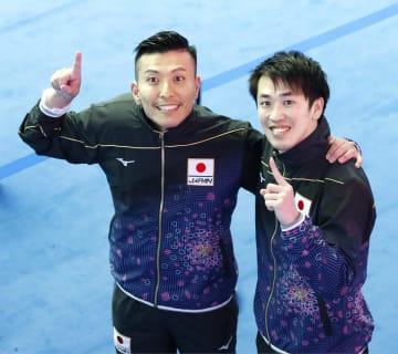 男子シンクロ板飛び込みで7位に入った寺内健(左)、坂井丞組。全競技を通じて東京五輪日本代表第1号となった=13日、韓国・光州(共同)