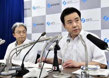 韓国への輸出規制強化措置を巡る日韓事務レベル会合に関し、記者会見する経産省の担当者=13日午後、経産省