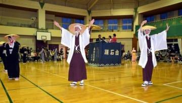 ツアー客を前に伝統の白石踊を披露する島民ら
