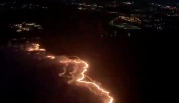 米ハワイ州マウイ島で起きた火事の空撮=11日(@atlbravesfan100提供、ロイター=共同)