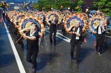 「真備・船穂総おどり」で踊りを披露する参加者