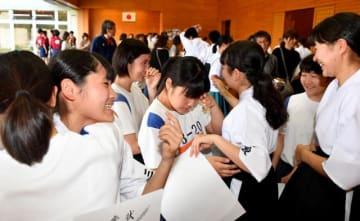 弓道女子団体で優勝し喜び合う三股女子のメンバー=ツワブキ武道館弓道場