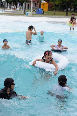 友達と一緒に「波のプール」で遊ぶ子供たち=ていねプール