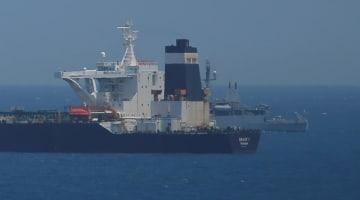 英領ジブラルタル沖で拿捕され、停泊するイランのタンカー=4日(ロイター=共同)