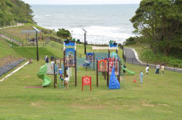 海を眺めながら遊べる大型遊具が設置され、リニューアルオープンした東滑川海浜緑地=日立市東滑川町