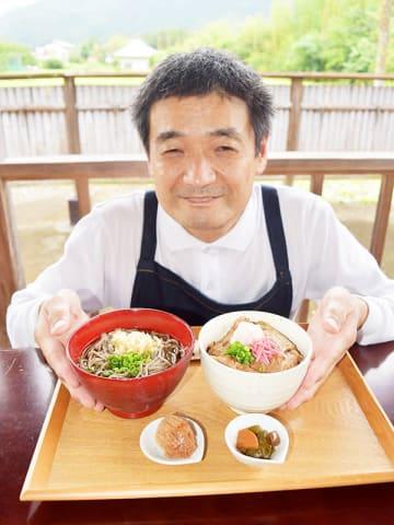 「長瀞観光の日」の限定メニューをPRする大沢文人さん=長瀞町岩田のそば店「大さわ」