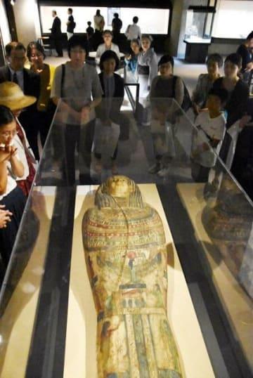 エジプトの人形棺のふたに見入る来場者