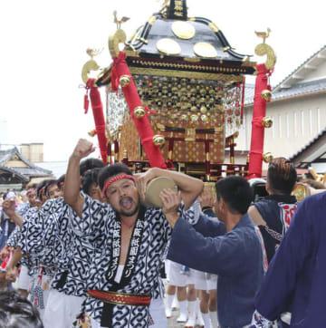【八雲神社を出発するみこし=松阪市日野町で】