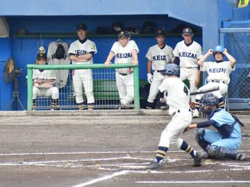 狭山経済のベンチに掲げられた堀内宥希さんのユニホームと帽子(左)=13日、川越初雁球場