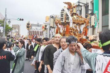 神輿パレードを楽しむ市民ら=13日夜、春日部市の旧日光街道