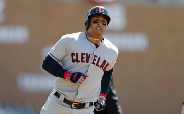 ことし4月のタイガース戦で本塁打を放ち、ベースを回るインディアンスのレオネス・マーティン=デトロイト(AP=共同)