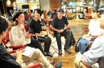 「ローカル選挙カフェ」で政治と暮らしとの関わりについて語る参加者=横浜市中区のパタゴニア横浜・関内店