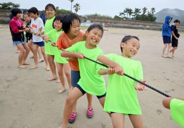 地引き網漁を体験する子どもたち=長崎市、高浜海水浴場