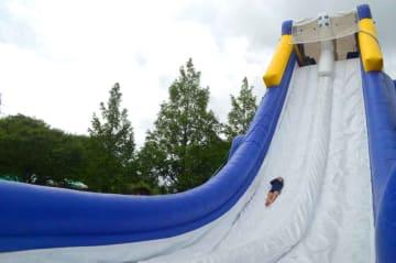 11メートルの高さから滑り降りる子ども(京都府京丹後市弥栄町・道の駅「丹後王国 食のみやこ」)