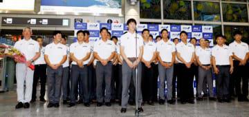 勝利への思いを語る森下暢仁投手(中央)と、大学日本代表メンバー=13日、松山空港