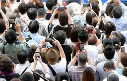 スマートフォンで拡散する選挙運動の画像。しかし、無党派層にまで届くかは未知数だ=神戸市内(撮影・中西幸大)