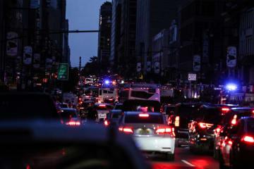 停電で信号などが消えたニューヨークの街角=13日(ロイター=共同)