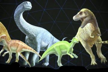 恐竜の復元画が描かれる過程を紹介するドームシアター新番組の一場面=福井県福井市自然史博物館分館「セーレンプラネット」