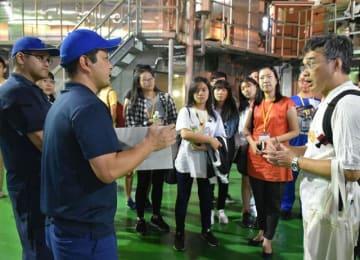 焼酎の製造工程を見て回る台湾の高校生ら