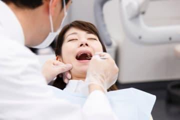 歯周病治療でもまず最初に行われる「歯石除去」によるメリット、歯石除去後に実感されることの多い違和感の原因について解説します。