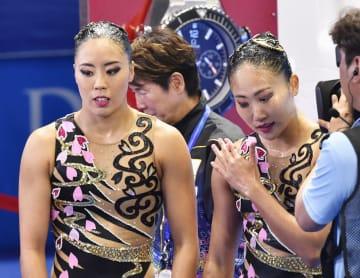 デュエット・テクニカルルーティン決勝の演技を終えた乾(左)、吉田組。4位に終わり表彰台を逃した=光州(共同)