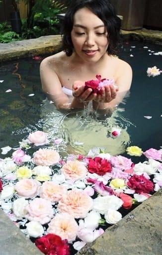 甘い香りが立ちこめるバラ風呂=阿蘇市