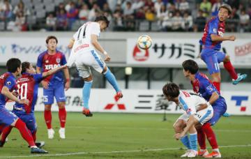 FC東京―川崎 前半、ヘディングで先制ゴールを決める川崎・小林(中央)=味スタ