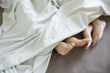 男性に多く、性器クラミジア感染症と並んで頻度の高い「淋菌感染症(淋病)」。1回の性行為による感染率は約30%と、比較的感染力が高いのも淋病の特徴で、咽頭にも感染します。