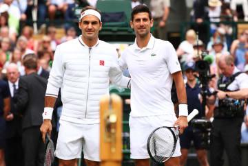 「ウィンブルドン」決勝で対戦中のフェデラー(左)とジョコビッチ