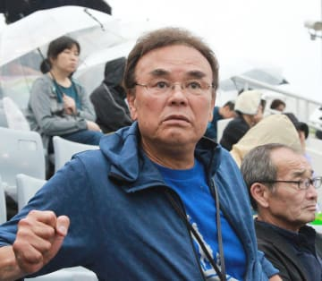 関東六浦の倉持優梨の雄姿を見つめる、祖父で元ロッテの倉持明さん =ハマヤク