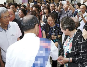 街頭で握手をして支持を呼び掛ける広島選挙区の候補者=手前(広島市中区)