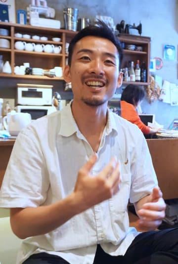 「夢は家族で海外旅行。父、母、パートナーと兄夫婦、みんなで行きたい」と話す金子さん=東京都豊島区、シーナと一平