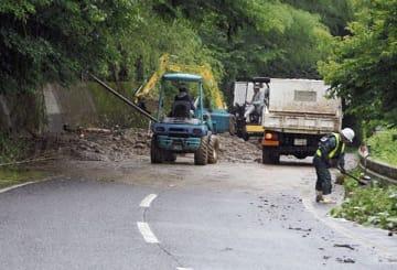 大雨による土砂崩れで、一時全面通行止めとなった県道人吉水俣線=14日午前10時20分ごろ、水俣市