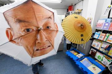 記念館で展示される遺品の数々。歌丸さんの顔がプリントされた傘(左)は、人気演芸番組「笑点」の大喜利で使われた=横浜橋通商店街の高橋薬局