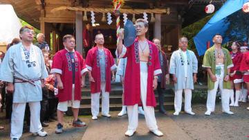 地元有志の尽力でおよそ半世紀ぶりに披露された芦名木やり歌 =横須賀市芦名の八雲神社